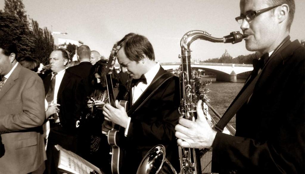 Un duo jazz Guitare et Saxophone en déambulation sur la Seine